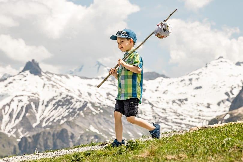 Junge mit Wanderbündel